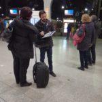 Benjamin HECHT fait des micro trottoirs aux usagers des trains dans le cadre du projet LNPN