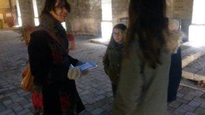 Cécile Lamarque fait des micro entretien aux habitants au sujet du centre-ville de Grandchamp
